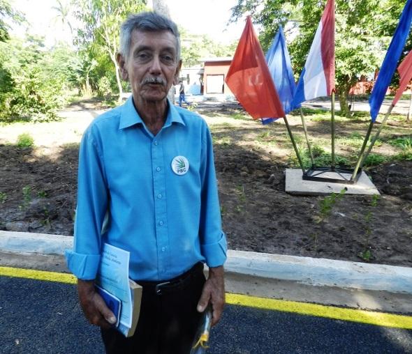 Académico y profesor botánico Roberto Adán Pérez, de la Universidad de Camagüey Ignacio Agramonte y Loynaz en Parque Botánico Julián Acuña Galé, Camagüey, Cuba