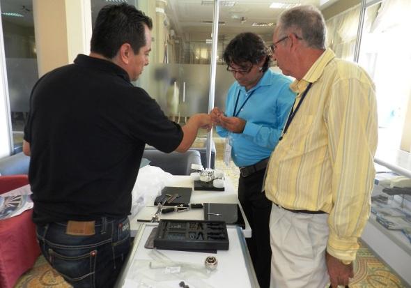 El expositor mexicano David Gómez  explica efectividad de dispositivo