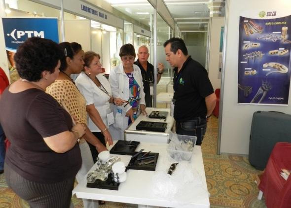 El expositor mexicano David Gómez  intercanbia con delegados. Foto Lázaro D. Najarro Pujol