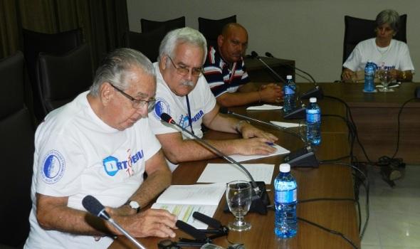 En primer plano Doctor en Ciencias e Investigador de Mérito Rodrigo Álvarez Cambra