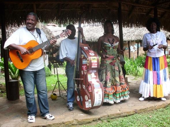 El almuerzo   es animado por un espectáculo folklórico que ofrecen artistas de la región