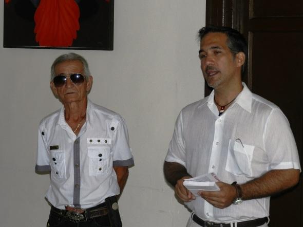 El artista Luis Ruz Reyes, a la izquierda y Pavel Alejandro Barrios.