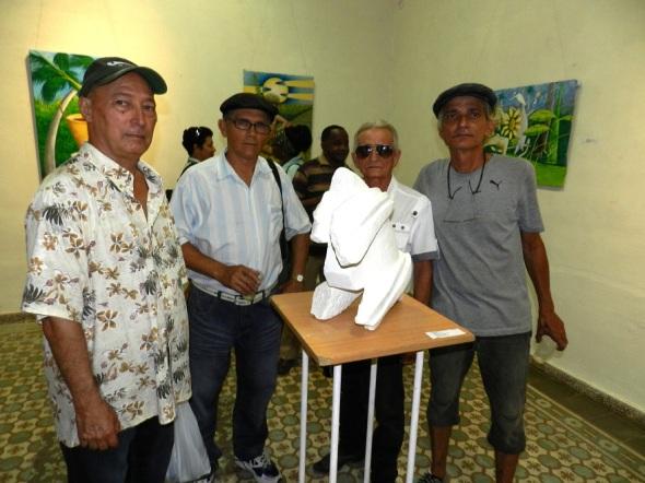El autor con un grupo de artista de la plástica de Camagüey. Obra escultórica Hacha en piedra caliza