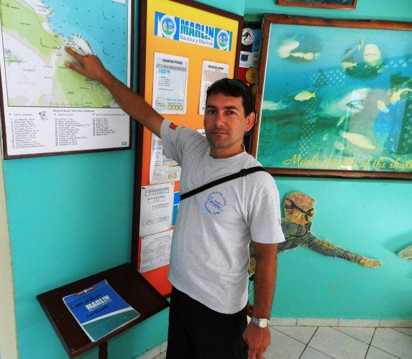 El ingeniero Yosbel Abreu, especialista comercial de esa entidad, explica los 35 puntos de buceos e la Playa de Santa Lucia.