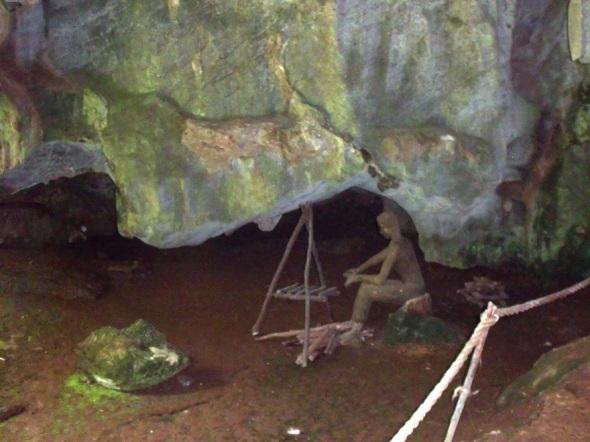 El Palenque de los Cimarrones o pequeña escalera animada en medio de este ambiente y palpar una réplica de un fogón y utensilios de cocina.