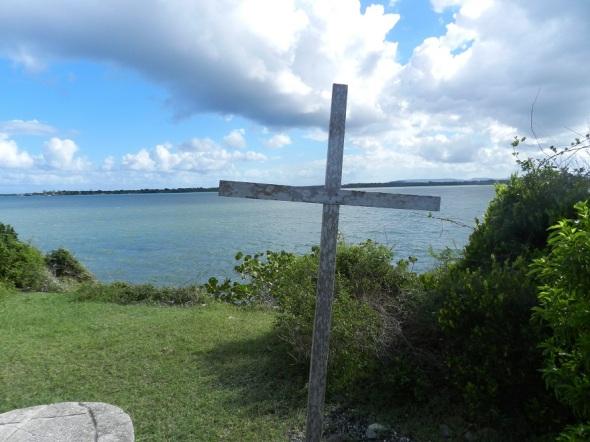 La cruz marca el sitio, según los historiadores, por donde desembarcó Cristóbal Colón