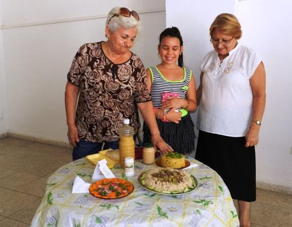 La niña, Samanda Gamboa, del semi internado José Luis Tasende, que con nueve años de edad promueve, entre sus compañeros,  el consumo de frutas y vegetales como forma de conservar la salud.