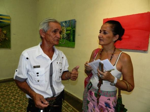 Luis Cruz intercambia con una de las espectadoras