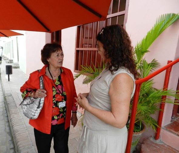 La gerente de El Paso intercambia con visitante estadounidense.