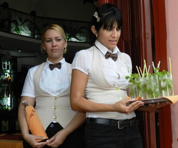 Los visitantes son recibidos con el típico Mojito cubano.