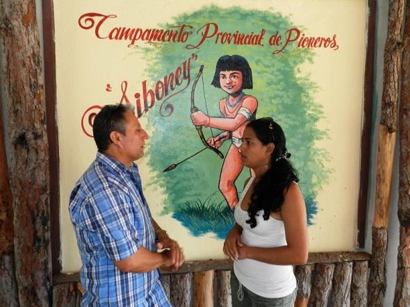 El director de la instalación,  Diomel Rodríguez Santana intercambia con la presidenta de los pioneros en la provincia de Camagüey