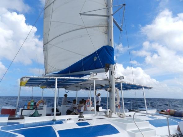 El mar se presenta apacible en la mañana para emprender la excursión con destino a Playa Bonita, Cayo Sabinal