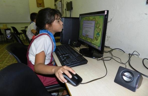 En sesión de computación en escuela especial de ciegos y débiles visuales Antonio Suárez