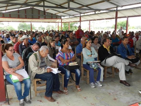 Estrategías para incrementar la siembra y cultivos agrícolas evaluaron hoy una representación de los usufructuarios de las bases productivas