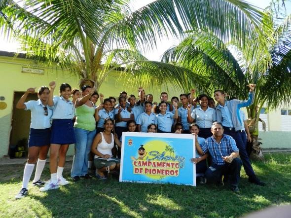 Estudiantes de la Secundaria basica Solidaridad con los Pueblos de Jimaguayú