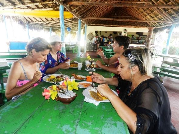 La estancia en Playa Bonita prosigue con un apetitoso almuerzo marino