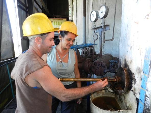 La joven ingeniera industrial Sulima Estrada Sánchez intercambia con uno de los obreros