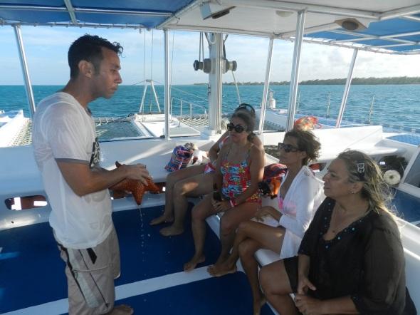Los participantes escuchan explicaciones de los especialistas referentes a su hábitat y tiempo de vida de la estrella de mar
