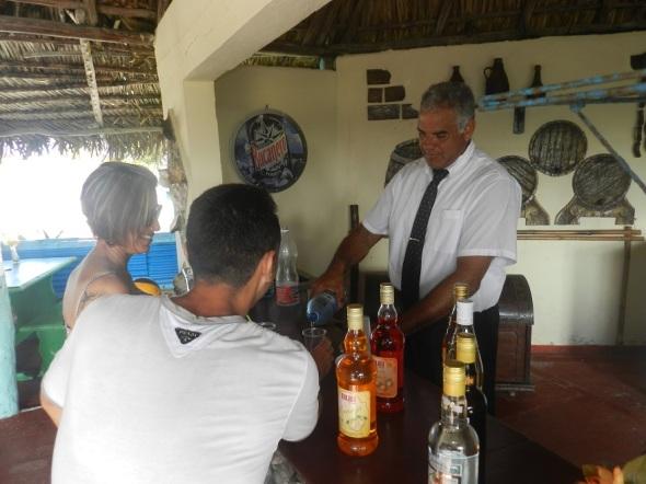 Los viajeros son recibidos por los trabajadores del Cayo,  con un cóctel de bienvenida.