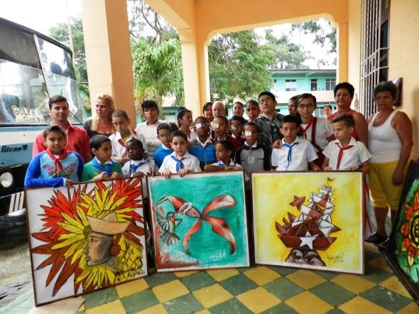 Pioneros y profesores reciben dinación de obras en escuela especial de ciegos y débiles visuales Antonio Suárez