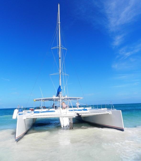Tras el apasionado recorrido marítimo el catamarán desembarca en las arenas blancas de Playa Bonita