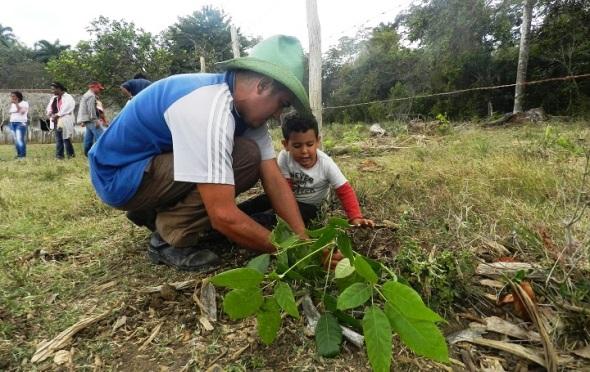 Argeny Brito Pérez  y su hijo plantan un roble en honor a El Mayor