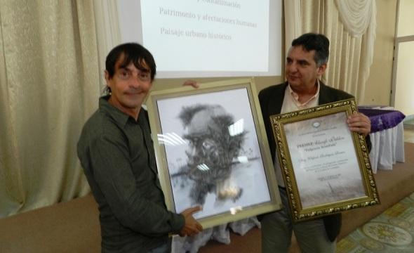 Momento de recibir el Premio Alarife
