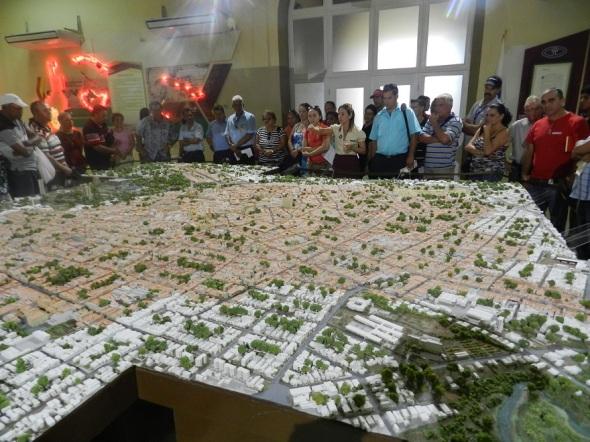 Trabajadores energía y minas en la Maqueta de la ciudad de Camagüey