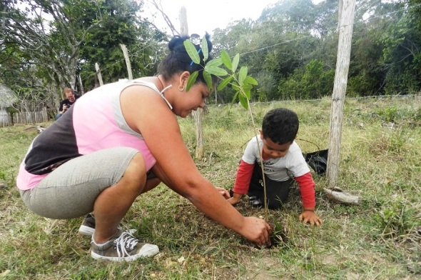 Yubisleidy López Guerra y su hijo plantan un roble en honor a Amalia