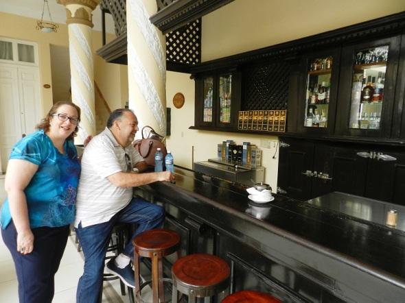 Bar en el patio del Hotel Colón, Camagüey, Cuba