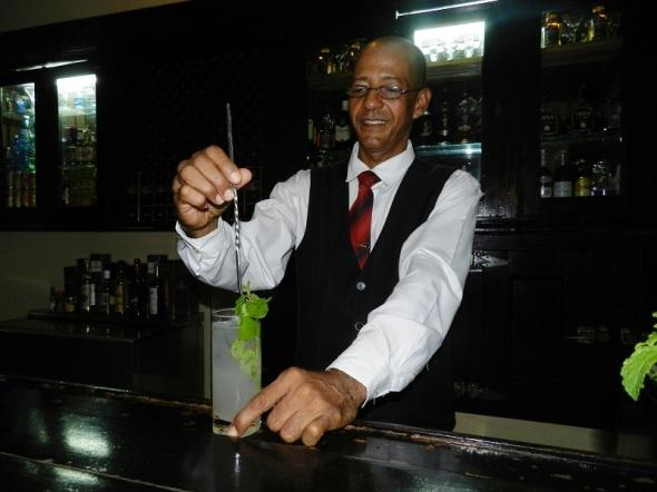 José Luis Abreu Santana, barman y secretario general del núcleo del Partido Comunista de Cuba