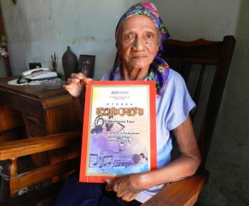 Cándida Rosa, ahora con 85 años de edad muestra reconocimiento ortogado por los creadores jovenes