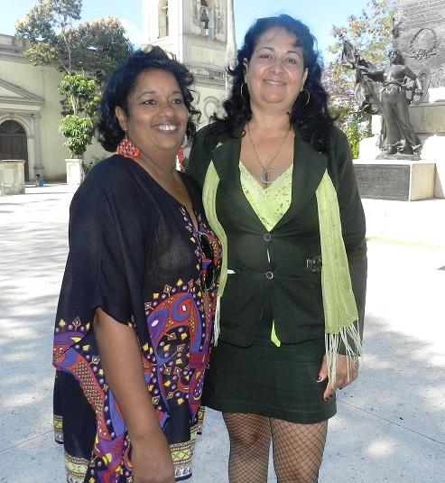 Josefina comparte con una de sus profesionales la alegría de delegada al VII Congreso del PCC