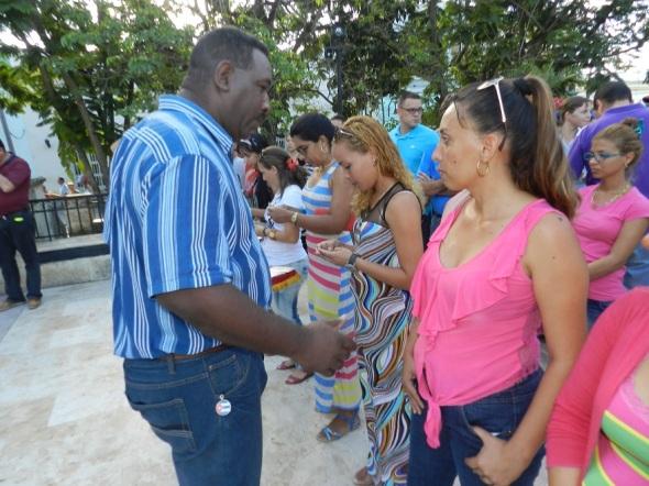 Autoridades locales entregaron el carné que los acredita como militantes del Partido Comunista de Cuba o de la Unión de Jóvenes Comunistas, a un grupo de jóvenes y trabajadores
