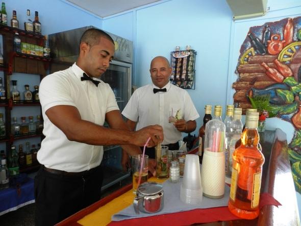 Buen servicio en el bar de la piscina del Hotel Camagüey, Cuba