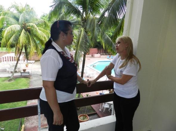Mariela Carreño intercambia con una huesped en el Hotel Camagüey, Cuba