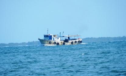 Su barco continúa cabalgando entre las olas en las aguas verde azules de Las Doce Leguas caribeña en busca de peces.