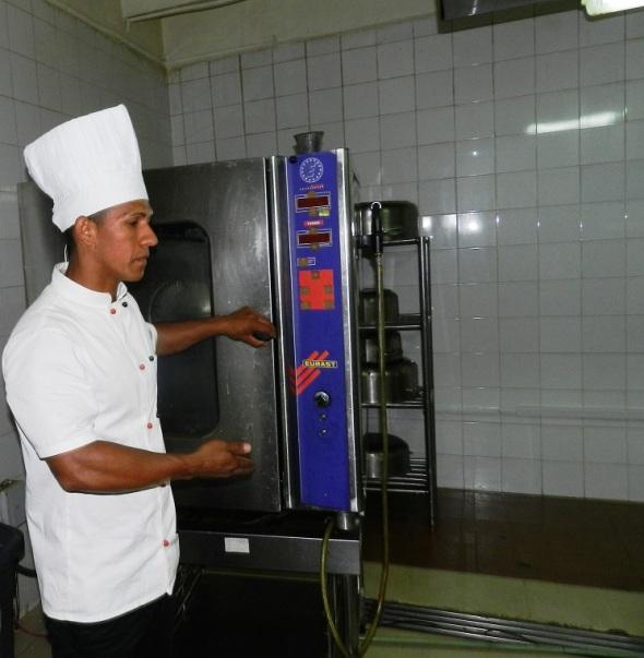 zlos jóbenes clave en la cocina del restaurante del Hotel Camagüey, Cuba