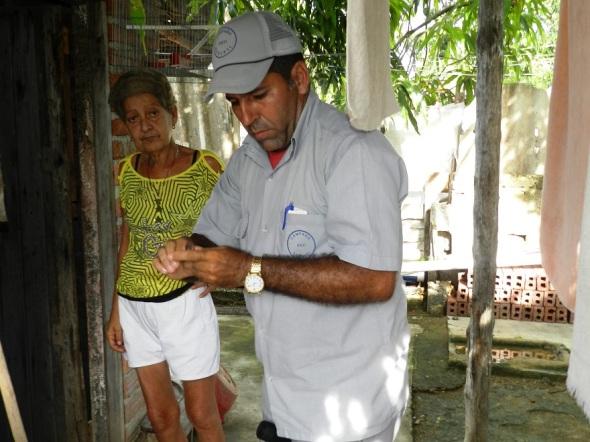 Lázaro Peña González, de la brigada de trabajadores de Vigilancia y Lucha Antivectorial inició el ciclo de tratamiento anti - aegypti
