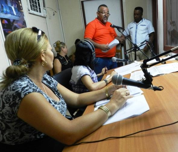 Radialistas, bajo la dirección de Martha Ruiz, con la presencia en vivo de dirigentes del Partido, el Gobierno, especialistas y otros directivos