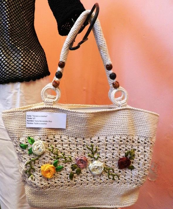 """Las """"diestras manos"""" de la artista utilizan las técnicas del tejido a crochet"""