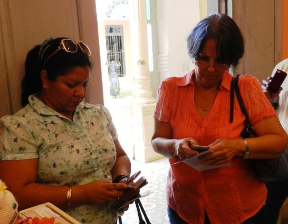 María Teresa Rodriguez Zayas-Bazán, a la derecha en la foto