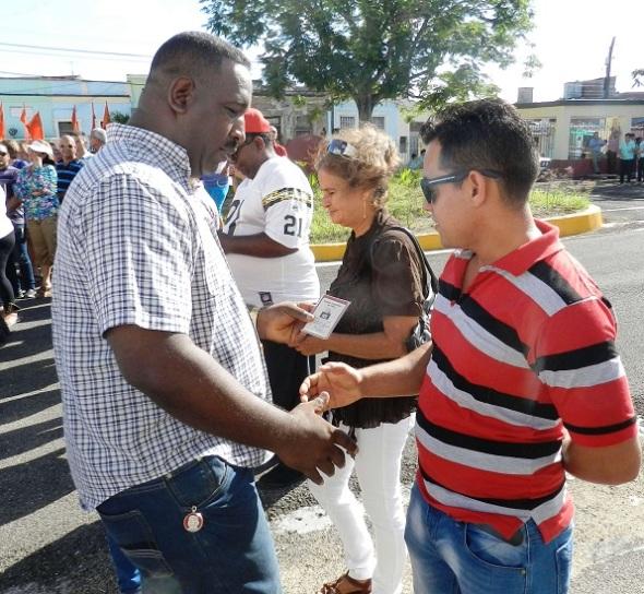 Por sus méritos y cualidades recibieron el carné que los acredita como militantes del Partido Comunista de Cuba más de una veintena de trabajadores