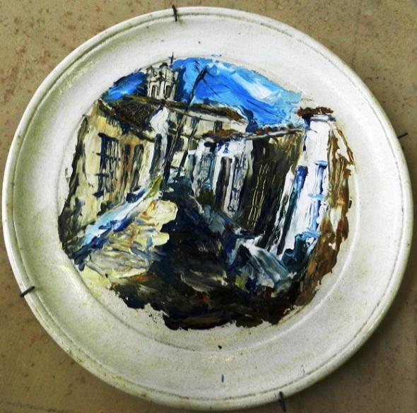 titulo-plato-decorado-con-ciudad-autor-jorge-santos-diaz-tecnica-oleo-carton-dimensiones-130-cm