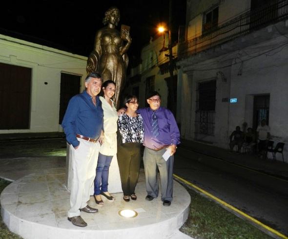 el-autor-junto-a-familiares-y-el-director-de-la-oficina-del-historiador-de-la-ciudad-de-camaguey