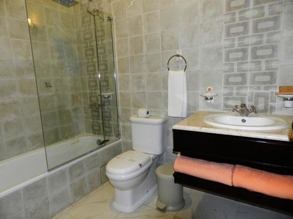 bano-de-una-de-las-habitaciones-del-hotel-colonial