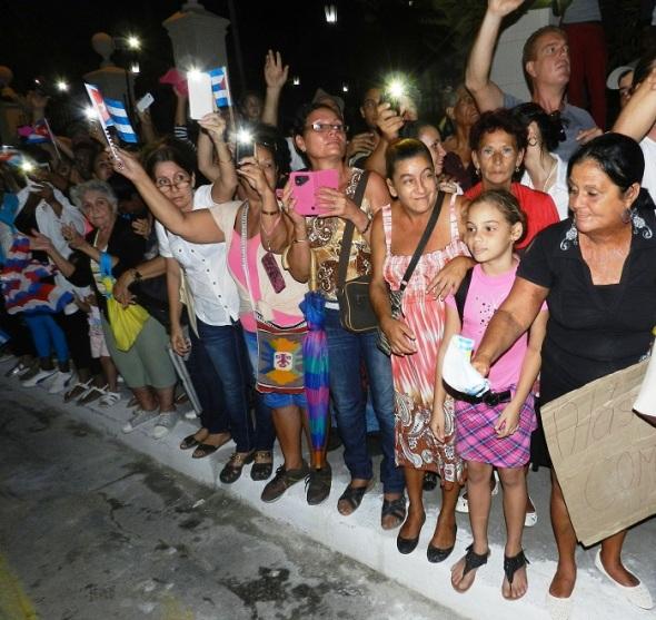 fidel-recibio-la-despedida-de-manera-enternecedora-por-todo-el-pueblo-cubano