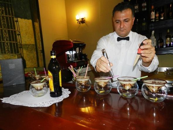 la-cocteleria-presente-en-el-bar-cafe-del-colonial