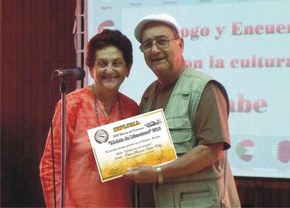 oscar-vinas-recibe-diploma-de-manos-de-maria-deriche-vicepresidenta-uac-nacional