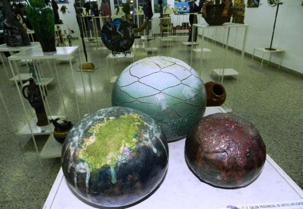 premio-ceramica-autor-jaime-lopez-garcia-titulo-mis-pelotas-manifestacion-ceramica-tecnica-taku
